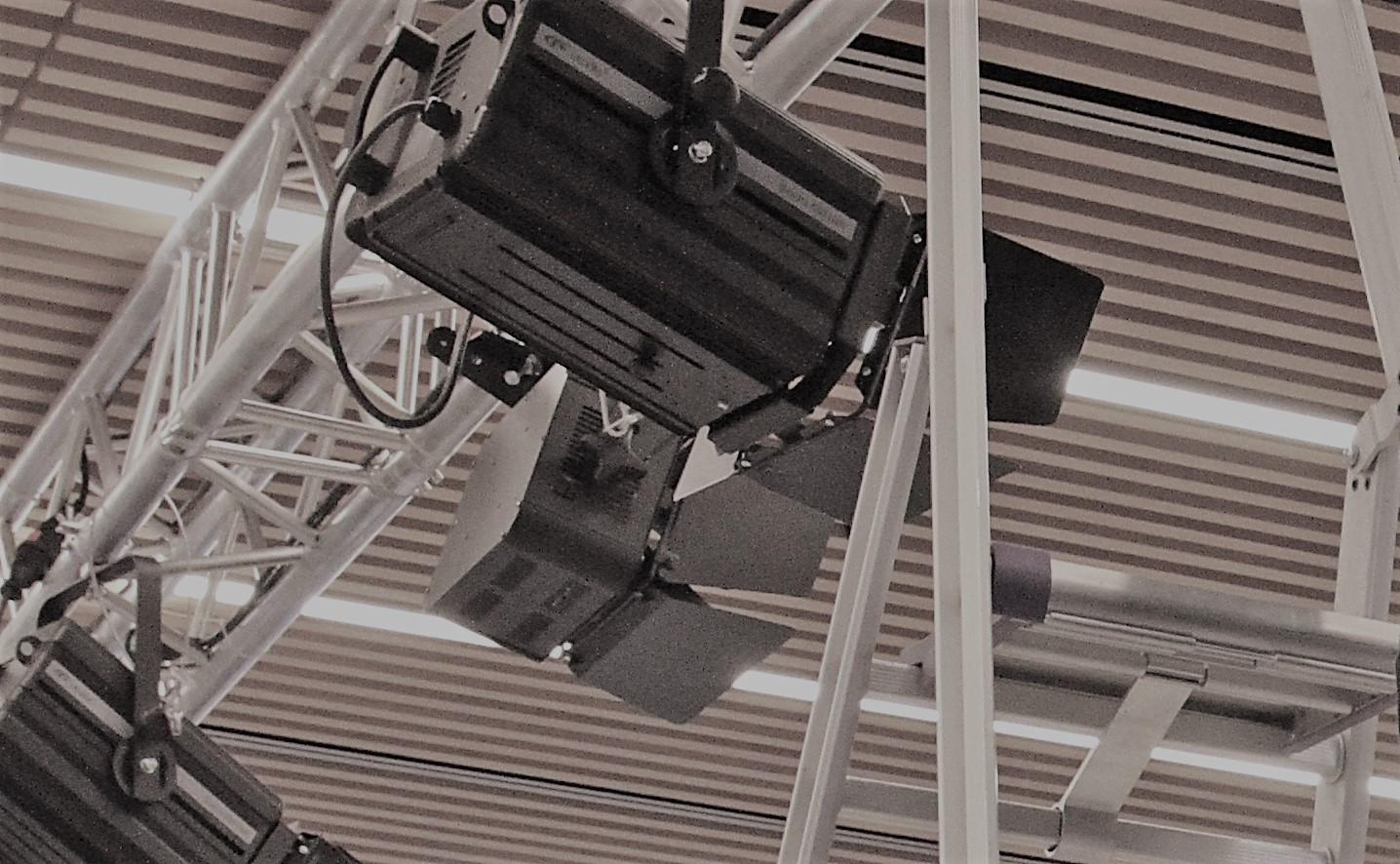 11.06.2018: Die technische Modernisierung der Aula geht weiter – Eine neue Traverse, teilfinanziert vom Förderverein