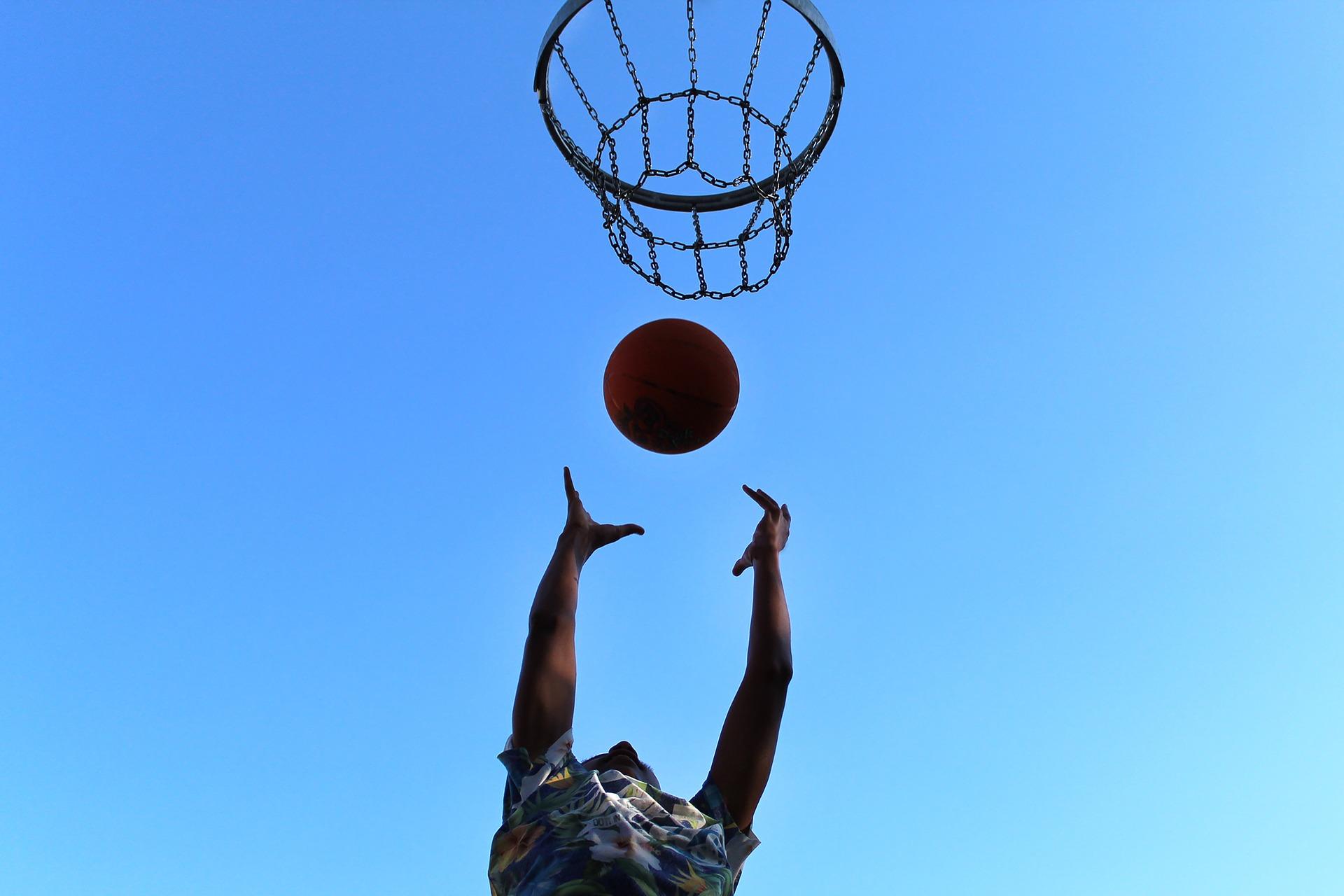 13.1.2020: Förderverein finanziert neue Basketball-Trikots für die Spieler der Augustinerschule
