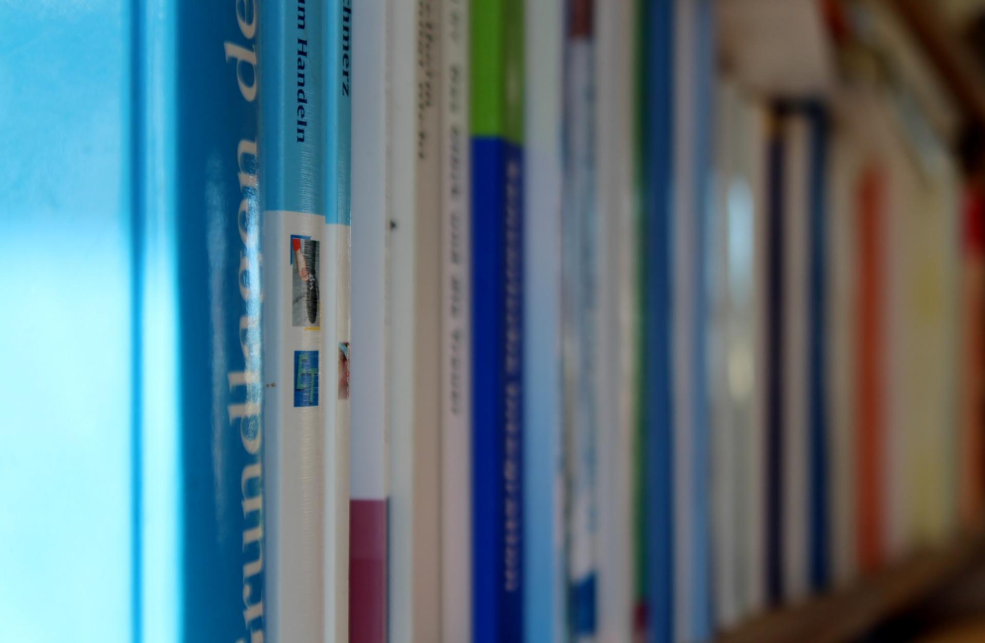 01.04.2021: Neue Buchstützen für die Schulbibliothek